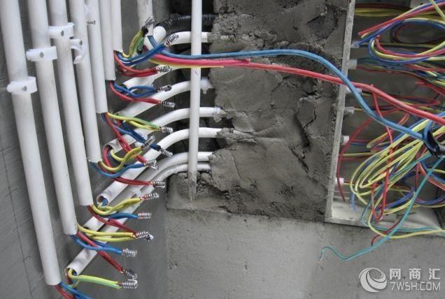 在家装电路施工中特别需要关注以下几点: 一、施工人员应具有当地劳动部门核发的在有效期内的岗位操作证书 二、所使用的材料应是国标产品,或具有安全认证标志,以确保安全使用寿命 三、施工应严格执行规范和工艺标准 1、进行各种线路移位改造时,应首先确定线路终端插座的位置,并在墙面标画出准确的位置和尺寸,然后向就近的同类插座引线,引线的方法是:如果插座在墙的上部,在墙面垂直向上开槽,至墙的顶部安装装饰角线的安装线内;如果是在墙的下部,垂直向下开槽,至安装踢脚板的底部。槽深15毫米左右,将电线导线装入护线套管,卧