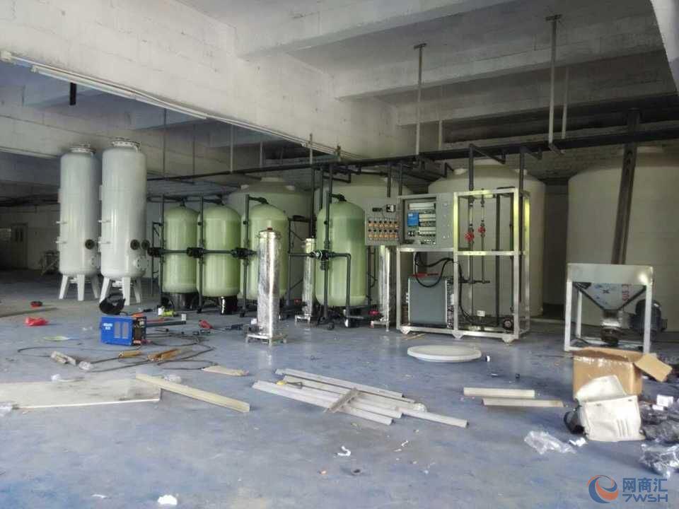 矿泉水生产设备 技术是一种以筛分为分离原理、以压力为推动力的膜分离过程,过滤精度在0.005-0.01um范围内,可有效去除水中的微粒、胶体、细菌及高分子有机物等。可广泛应用于物质的分离、浓缩、提纯。超滤过程无相转化、具有良好的耐温、耐酸碱和耐氧化性能。超滤膜采用不同的组建形式、膜材料及工艺设计,可以适应各种不同的水质条件及分离功能。 在超滤过程中,水深液在压力推动下,流经膜表面,小于膜孔的深剂 (水)及小分子溶质透水膜,成为净化液(滤清液),比膜孔大的溶质及溶质集团被截留,随水流排出,成为深缩液。超滤过