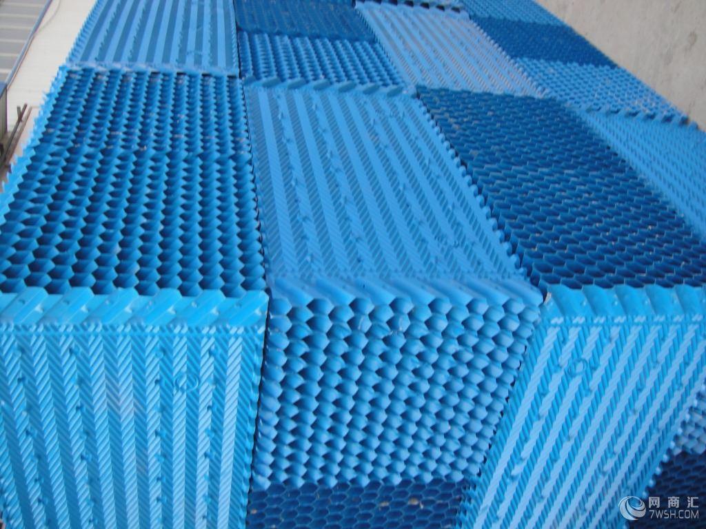产品描述: 冷却塔S波填料填料粘合剂 一、性能及用途 该产品结构设计新颖,亲水面积大,冷却效果好、主要用于工业逆流冷却塔、电厂双曲线水泥冷却塔。 二、规格:长度500-1000mm、宽度500mm、塑片厚度0.40-0.60mm. 蜂窝填料: 一、性能及用途 本品有聚氯乙烯、聚丙烯淋水片,经加热模压成型制得塑料蜂窝填料。有无捻玻璃布作增强填料制得玻璃钢蜂窝填料。广泛应用于给排水处理的沉淀工艺中,具有适用范围广、沉淀效果佳、占地面积小等优点。 二、规格 1 、六角蜂窝淋水片厚 0.