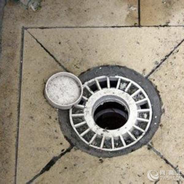 深圳疏通下水道,排除雨水和污水(如家庭污水或工业污水)的地下水管道或排水沟。疏通下水道,是指用人力或机械使下水管道通畅疏浚的作业。  深圳市清康利清洁服务有限公司是经政府批准工商注册(0755-26087164 15994709896),具有独立法人资格的专业清洁公司,是深圳市清洁卫生协会会员单位,是一支专业以写字楼、小区、酒店、工厂、商场、村落以及市政项目的日常保洁为主营业务,承接专车吸粪、清理化粪池 、下水道疏通、地下管道疏通工程、管道疏通、疏通排污管道、疏通下水道、疏通厕所等业务。