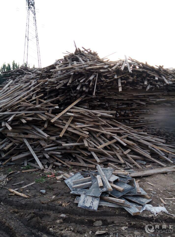 多层板是由木段旋切成单板或由木方刨切成薄木,再用胶粘剂胶合而成的三层或多层的板状材料,通常用奇数层单板,并使相邻层单板的纤维方向互相垂直胶合而成。  多层板也叫胶合板是家具常用材料之一,常用的有三合板、五合板等。胶合板能提高木材利用率,是节约木材的一个主要途径。