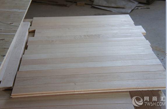 陕西昊康实业有限公司是一家大型专注生产悬浮拼装地板和体育木地板的厂家,是悬浮式拼装地板和木地板生产、设计、研发于一体的综合性企业。昊康悬浮地板的研发团队均毕业于四川大学高分子科学与工程学院,长期从事具有环保、高性能化以及可回收悬浮地板原材料的研发工作。昊康体育木地板厂隶属中国体育用品联合会和中国林产工业协会,是中国木材流通协会地板流通专业委员会与中国林产工业协会地板专业委员会理事单位。昊康系列产品有各类体育专用地板、民用地板、集成木材及其他与地板相关的科研专利产品。